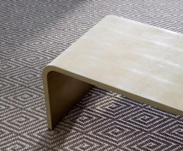 Moderný a luxusný koberec je štýlovou dekoráciou každej obývačky